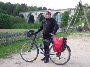 Autor na tle mostów w Stańczykach